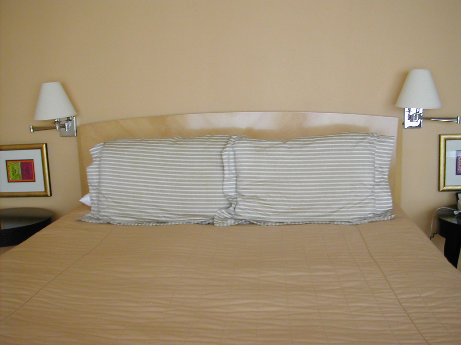 hotel-bed-1519716